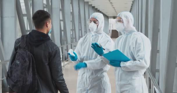 Medizinisches Personal führt jungen Mann nach missglücktem Temperaturscreening zum COVID-19-Test