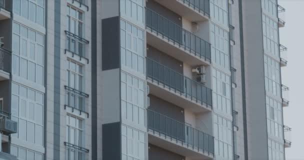 Multicopter drone s velkou smečkou létání v rezidenční části města