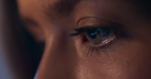 Számítógépes képernyő visszaverődés a nők borostyán szem