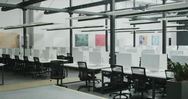 Pronájem kanceláře pro IT pracovníky s krytými počítači