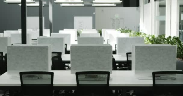 Üres iroda fedett számítógépekkel karanténban