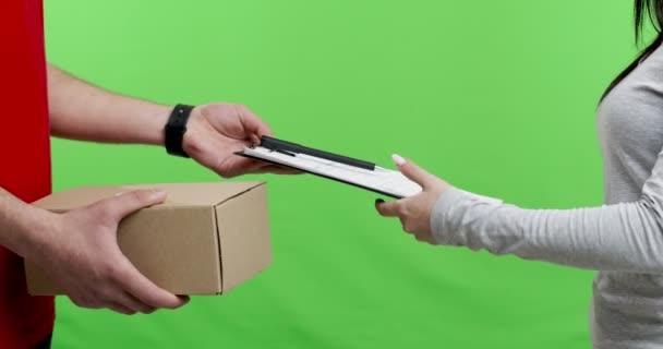 Nő kapja és aláírja csomag postás