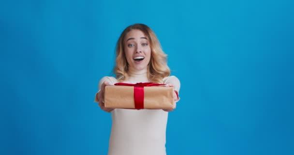 Šťastná žena dostává dárek, těší velký dárek box