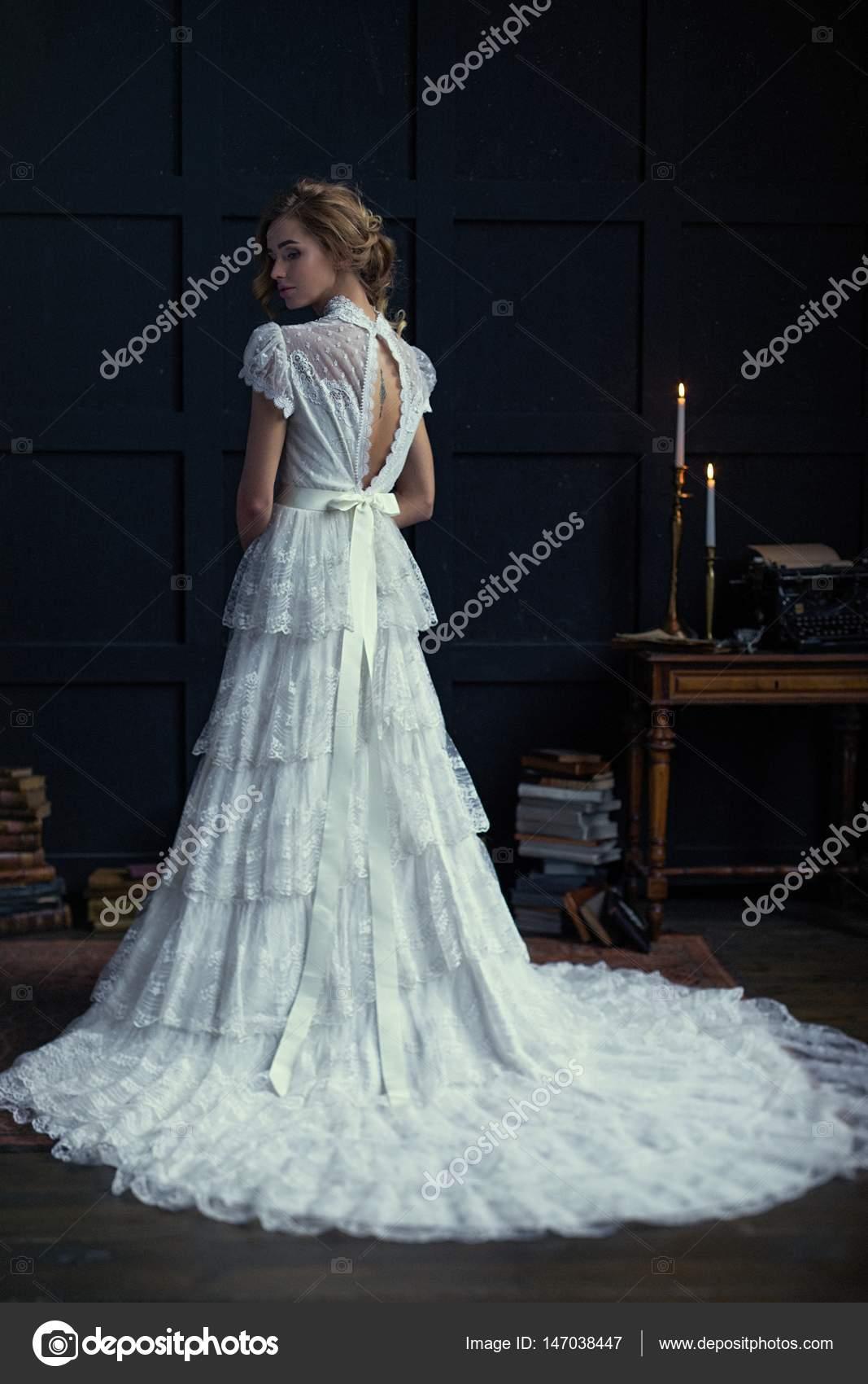 mujer con vestido de novia — Foto de stock © smmartynenko #147038447