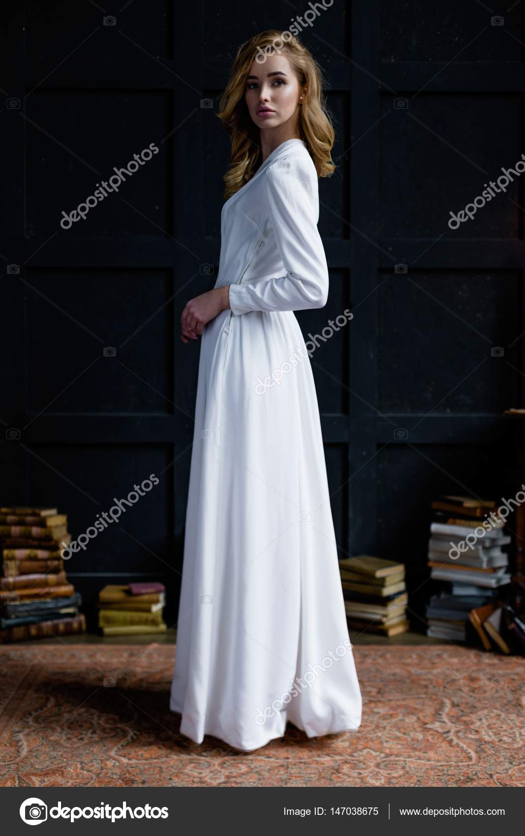 be147c72a140 γυναίκα στο λευκό μακρύ φόρεμα — Φωτογραφία Αρχείου © smmartynenko ...