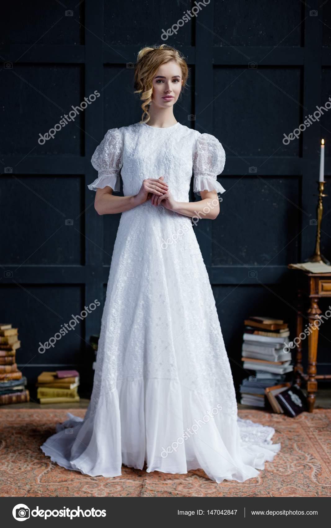 Frau im langen weißen Kleid — Stockfoto © smmartynenko #147042847