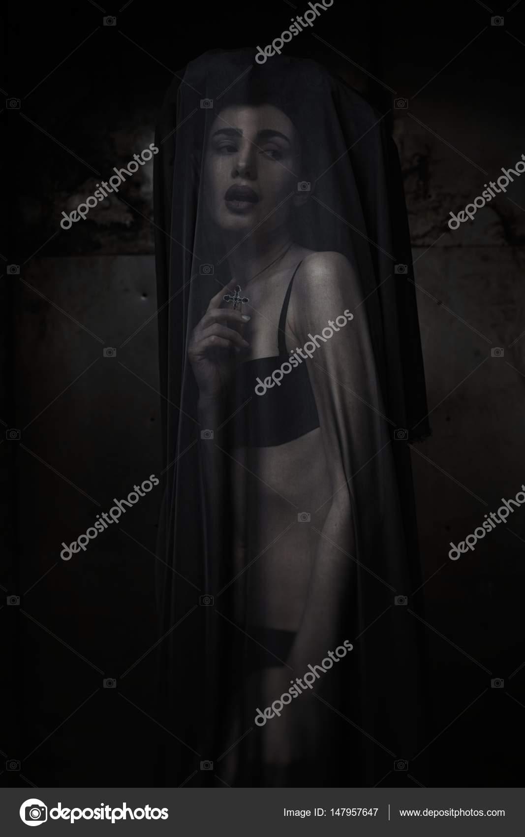 Frau verschleiert durch hauchdünne schwarze Stoff — Stockfoto ...