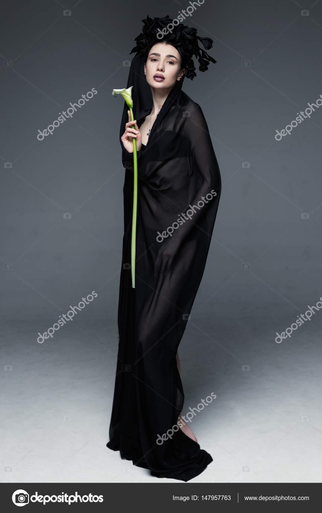 Femme Voilee De Tissu Transparent Noir Photographie Smmartynenko
