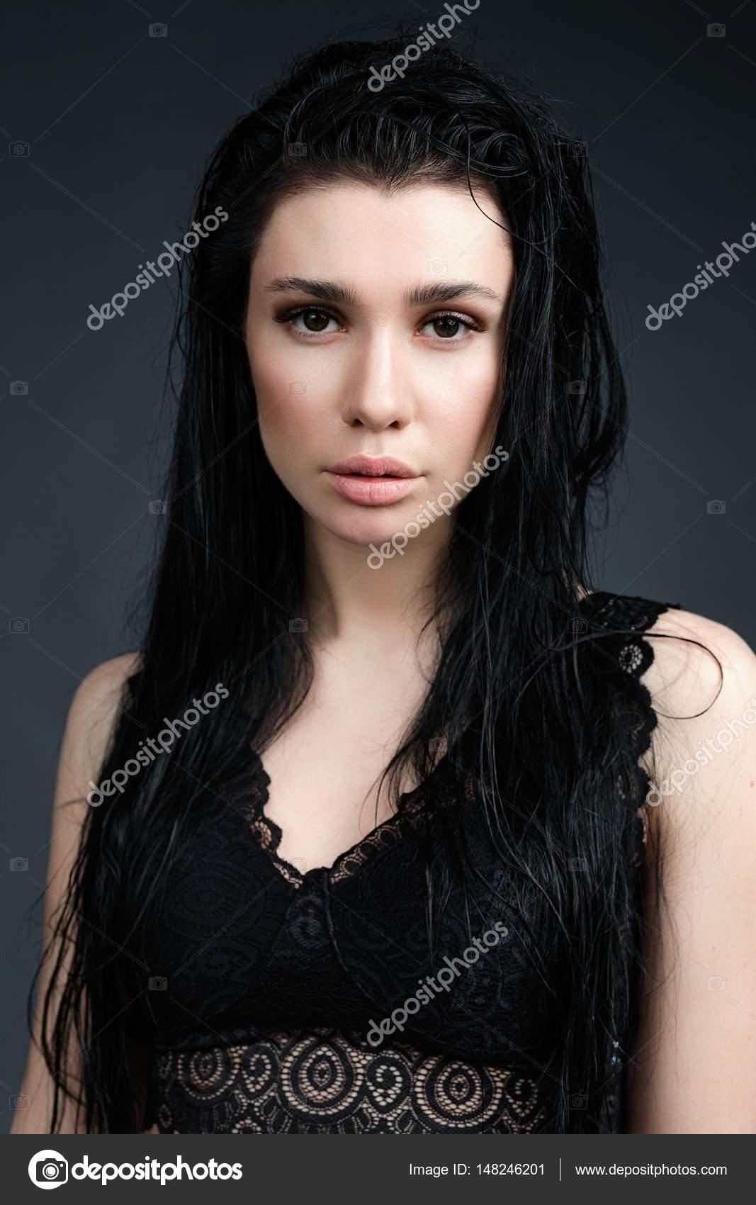 Superbe jeune femme sensuelle en dentelle soutien-gorge posant sur fond  sombre — Image de smmartynenko 4b4598b3417