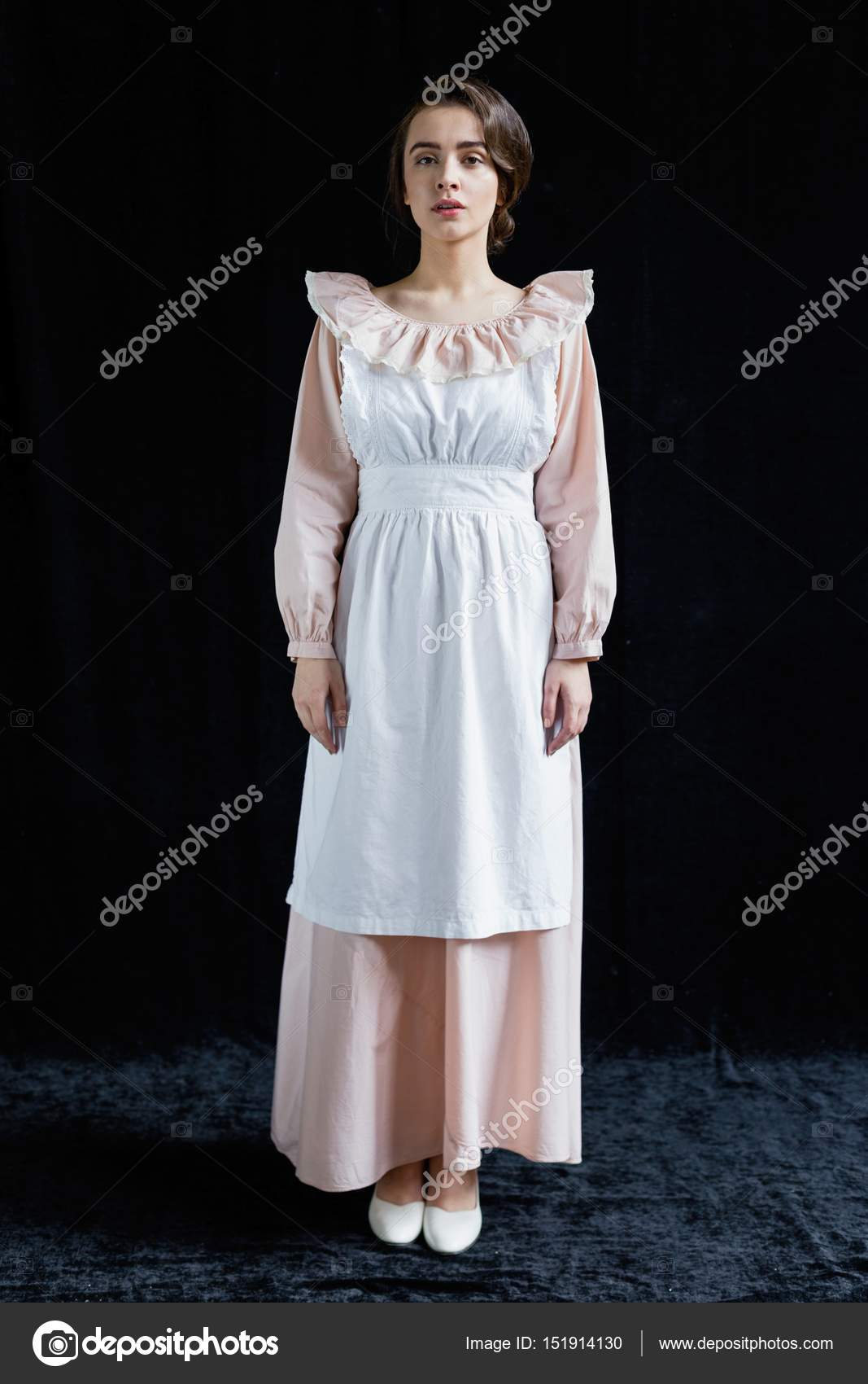 Verwonderend Vrouw in oude ouderwetse jurk — Stockfoto © smmartynenko #151914130 AU-19