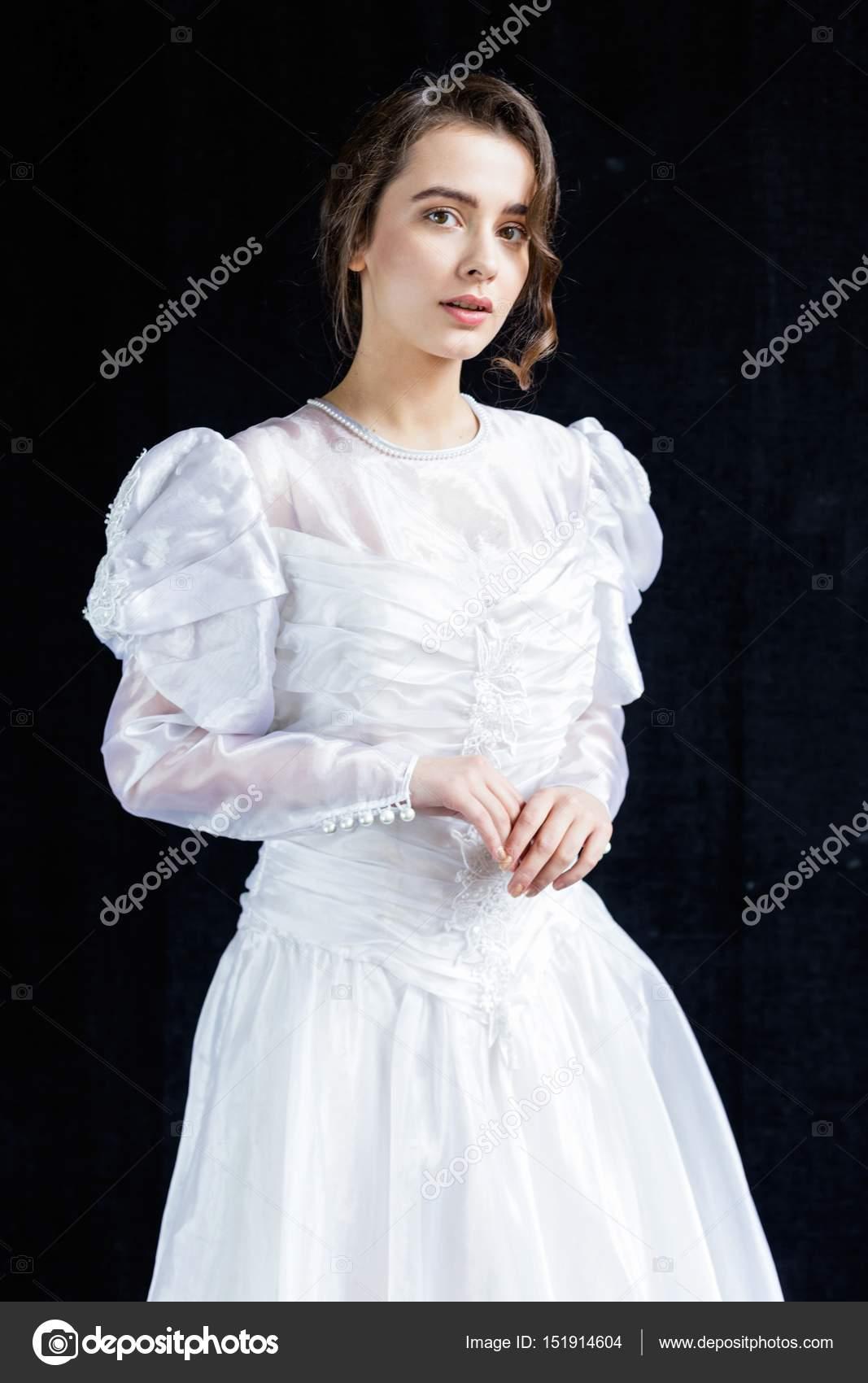 Frau in Vintage Brautkleid — Stockfoto © smmartynenko #151914604