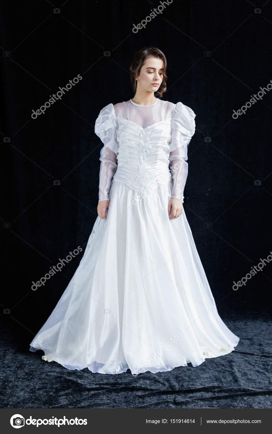 Frau in Vintage Brautkleid — Stockfoto © smmartynenko #151914614