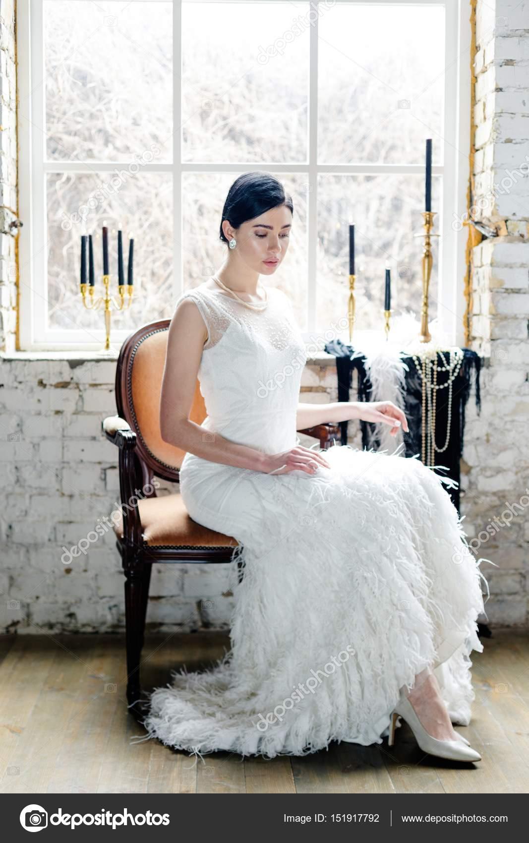Mujer Vestida De Blanco Foto De Stock Smmartynenko