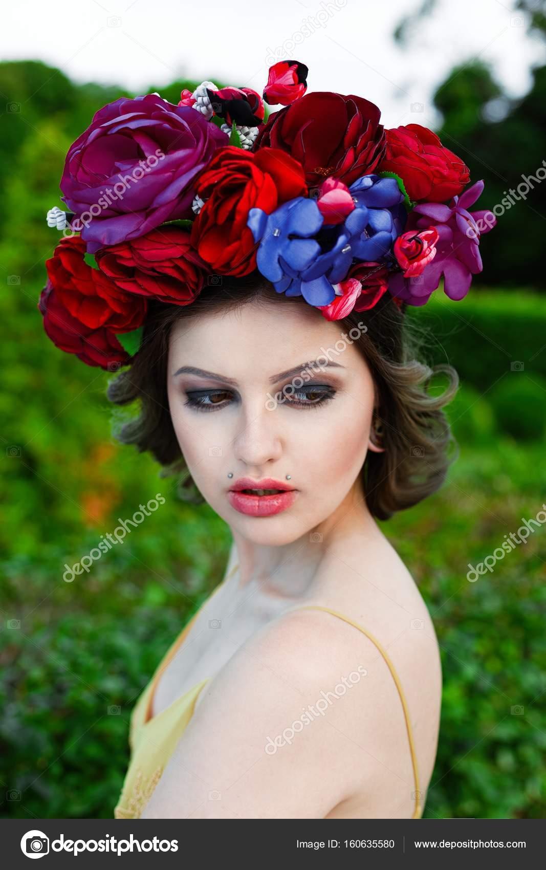 dc2ed26b0648 Ritratto di giovane donna sensuale che propone in elegante copricapo — Foto  di smmartynenko