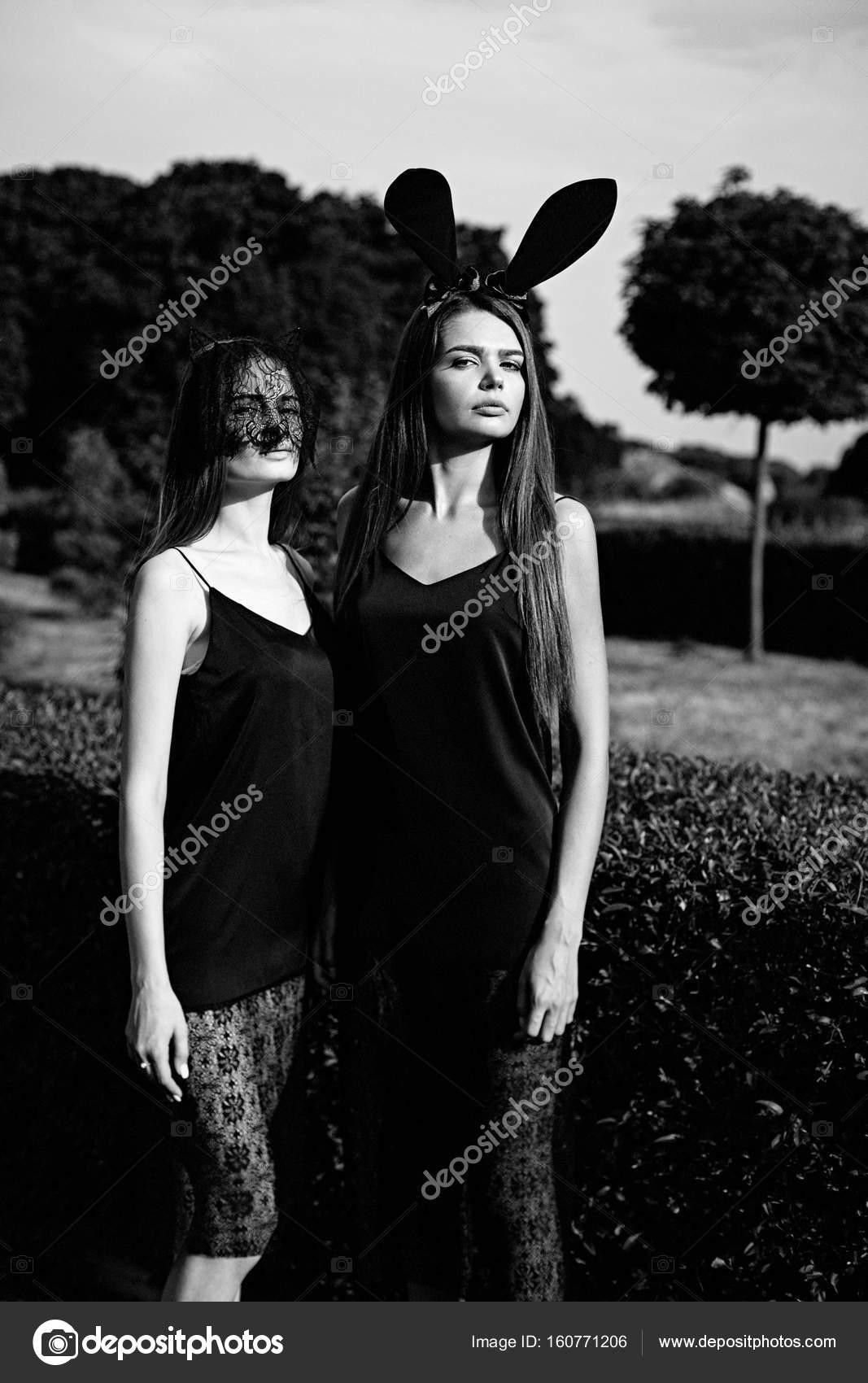 f609510aca6 νεαρές γυναίκες στα μαύρα φορέματα — Φωτογραφία Αρχείου ...