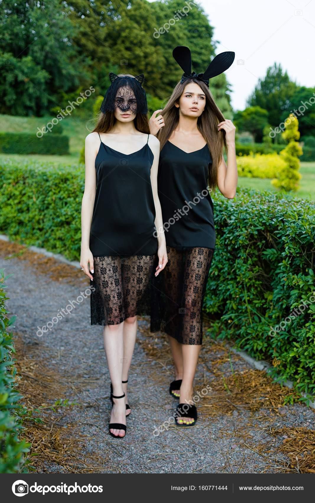 06c0ab519f6 Νεαρές γυναίκες στα μαύρα φορέματα — Φωτογραφία Αρχείου ...