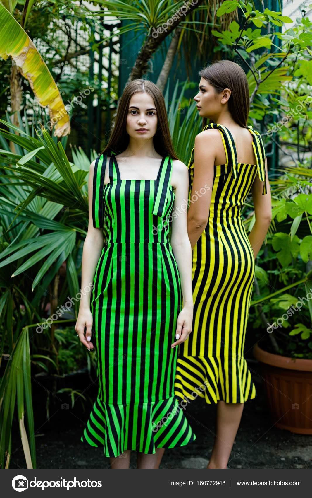 Mujeres Jóvenes En Elegantes Vestidos De Rayas Foto De