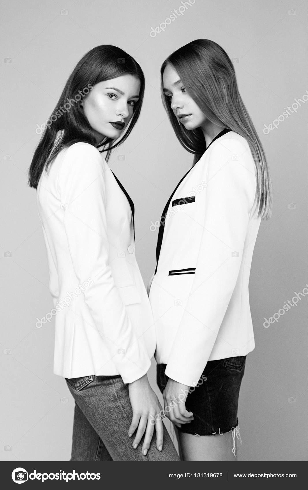 Dois Modelos Moda Elegante Posando Contra Fundo Estúdio Stock
