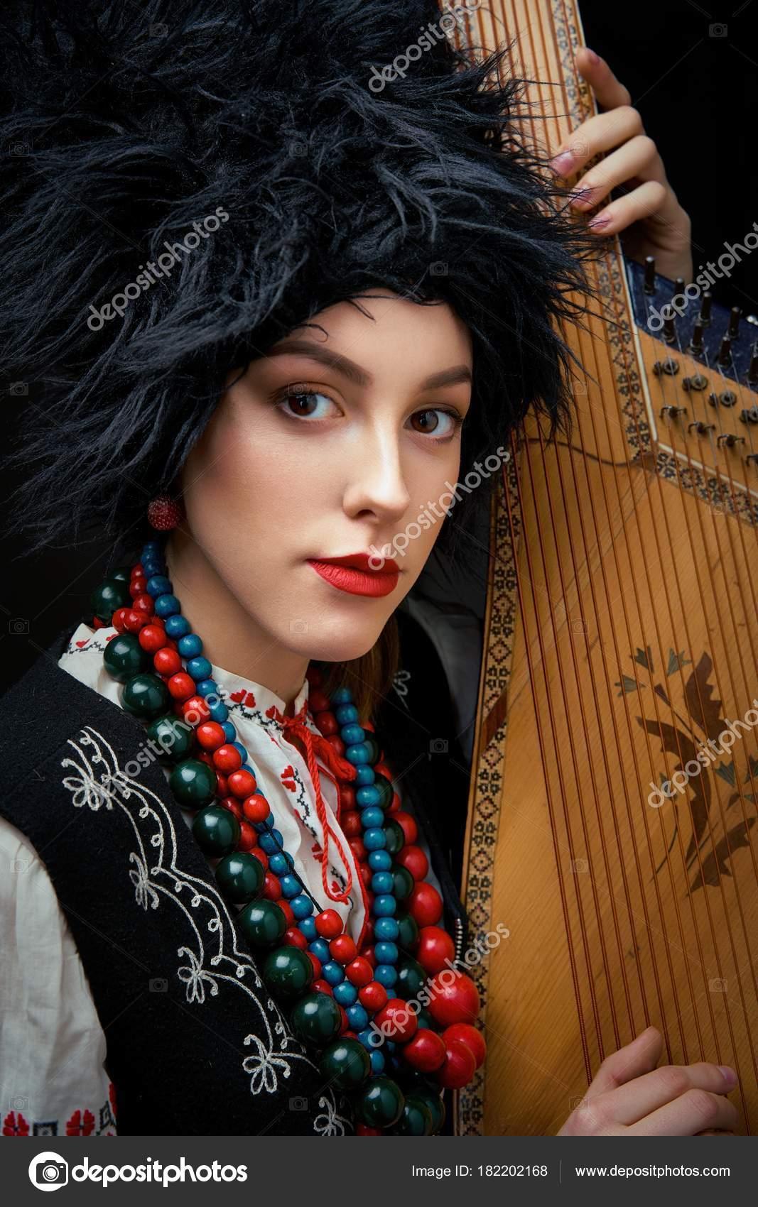3aa617568420 Ritratto di giovane donna gorgeouns in costume tradizionale ucraino holding  bandura — Foto di smmartynenko