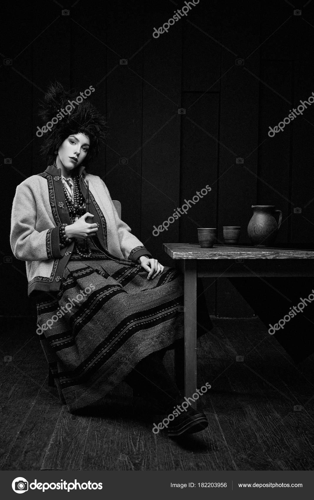 2fa6d7ed4884 Giovane donna Gorgeouns in tubo di fumo del costume tradizionale ucraino —  Foto di smmartynenko