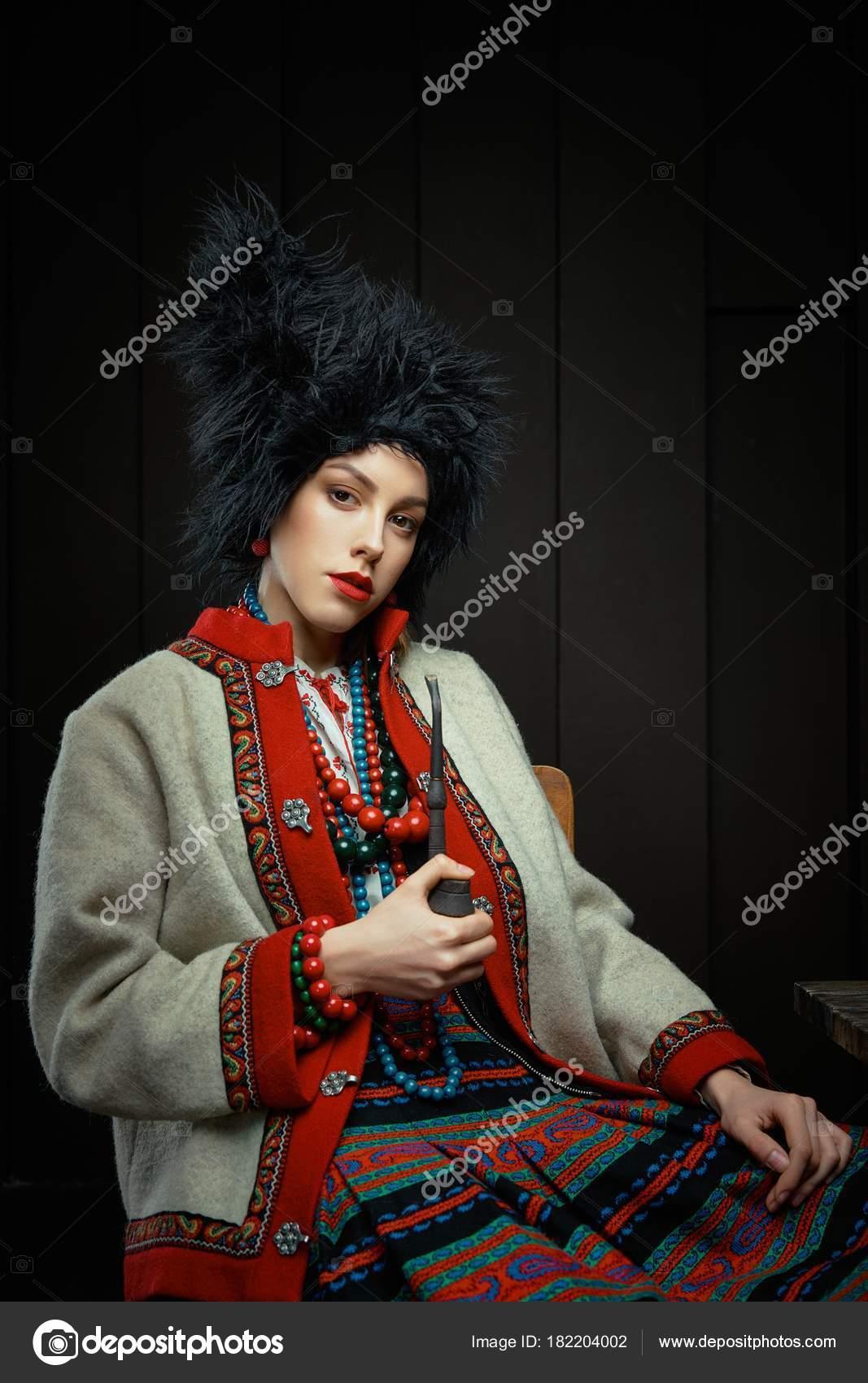 ff07e2ddf211 Giovane donna Gorgeouns in tubo di fumo del costume tradizionale ucraino —  Foto di smmartynenko