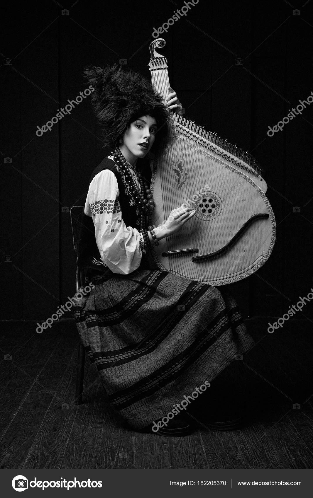 cc8e17713397 Gorgeouns Giovane Donna Costume Tradizionale Ucraino Con Bandura Nell  Ucraino– immagine stock