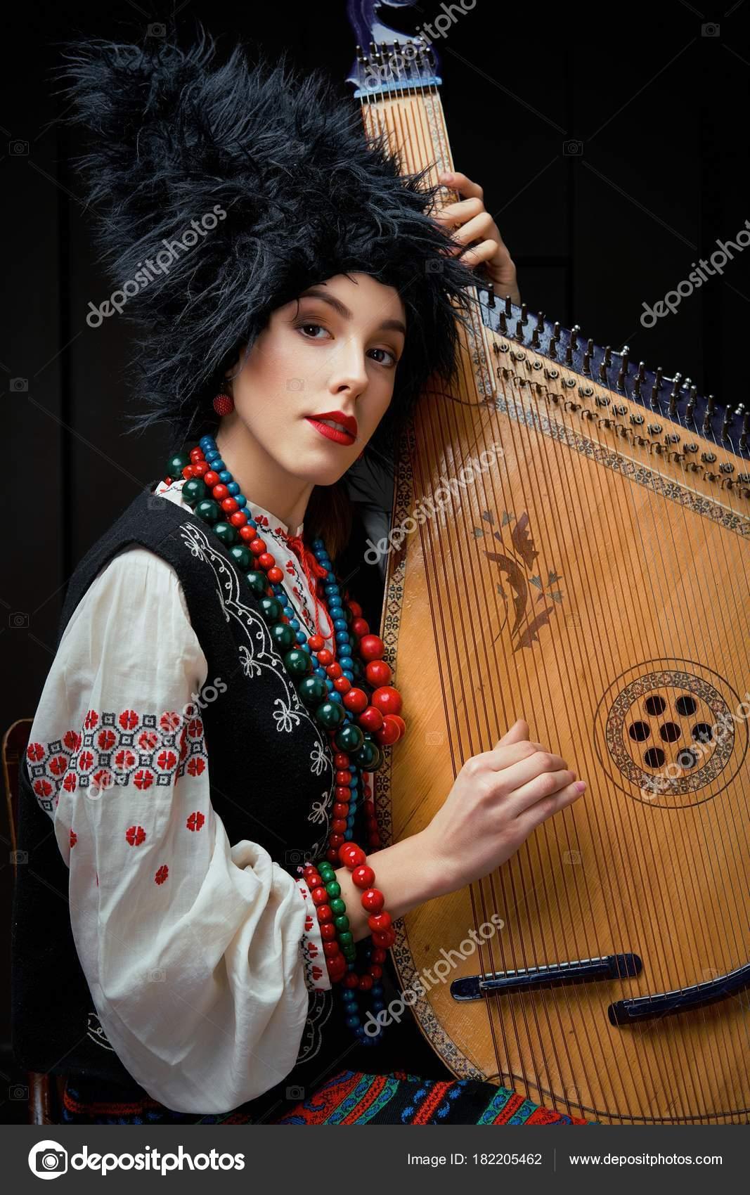 2a5b45b7b383 Gorgeouns Giovane Donna Costume Tradizionale Ucraino Con Bandura Nell  Ucraino– immagine stock