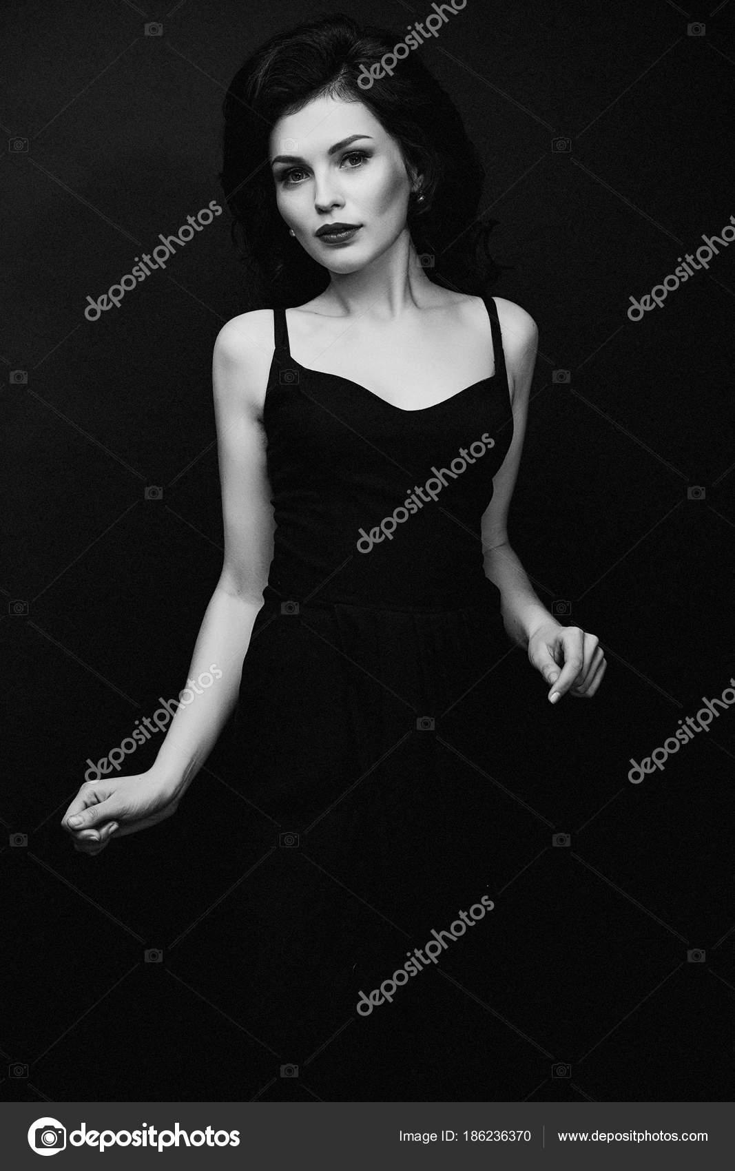 69ecbc5feee2b3a Черно Белые Фото Великолепная Девушка Брюнетка Элегантном Черном Платье  Позирует — стоковое фото