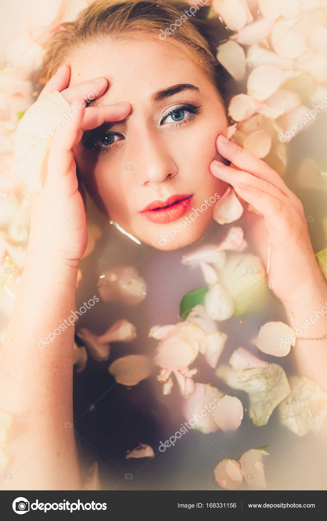 donna bagnata con petali di fiori — Foto Stock © KristinaPonomareva ...