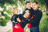 Fotografie sehr nette Familie im grünen park