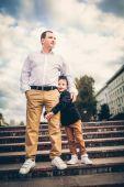 apa és fia, a város lépcsők