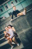 szép családi város lépcsőn