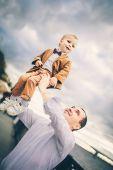 apa és fia, városi tó közelében