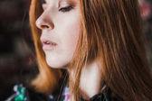 közelről hosszú hajú szép lány portréja