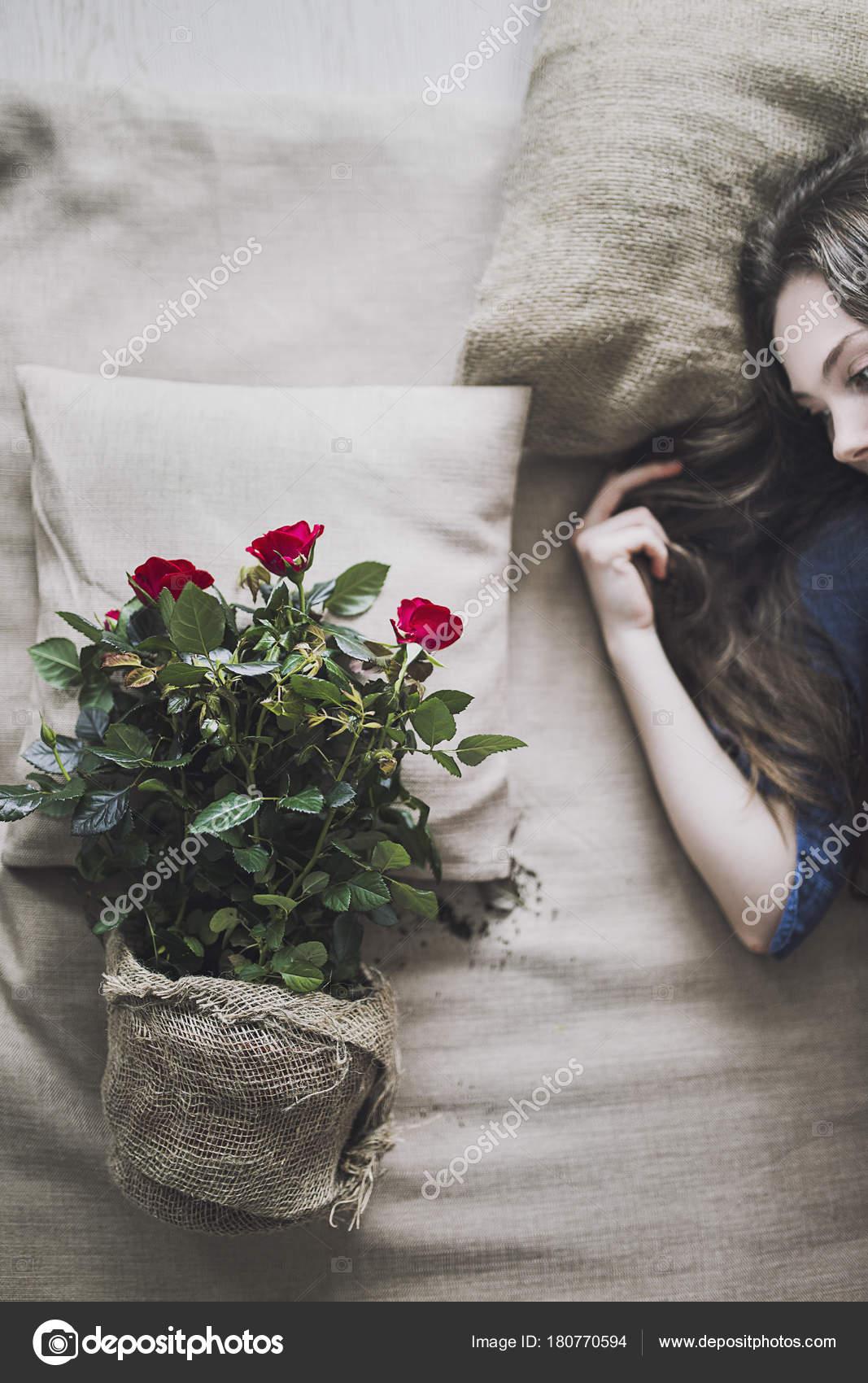 Nahaufnahme Von Hübschen Mädchen Mit Roten Blumen Schlafzimmer ...