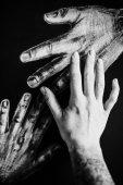 Fotografie Detail samice ruky s tetováním dojemný obrázek rukou na tmavém pozadí, černé a bílé