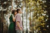 mladý krásný pár objímání na zelený park venku