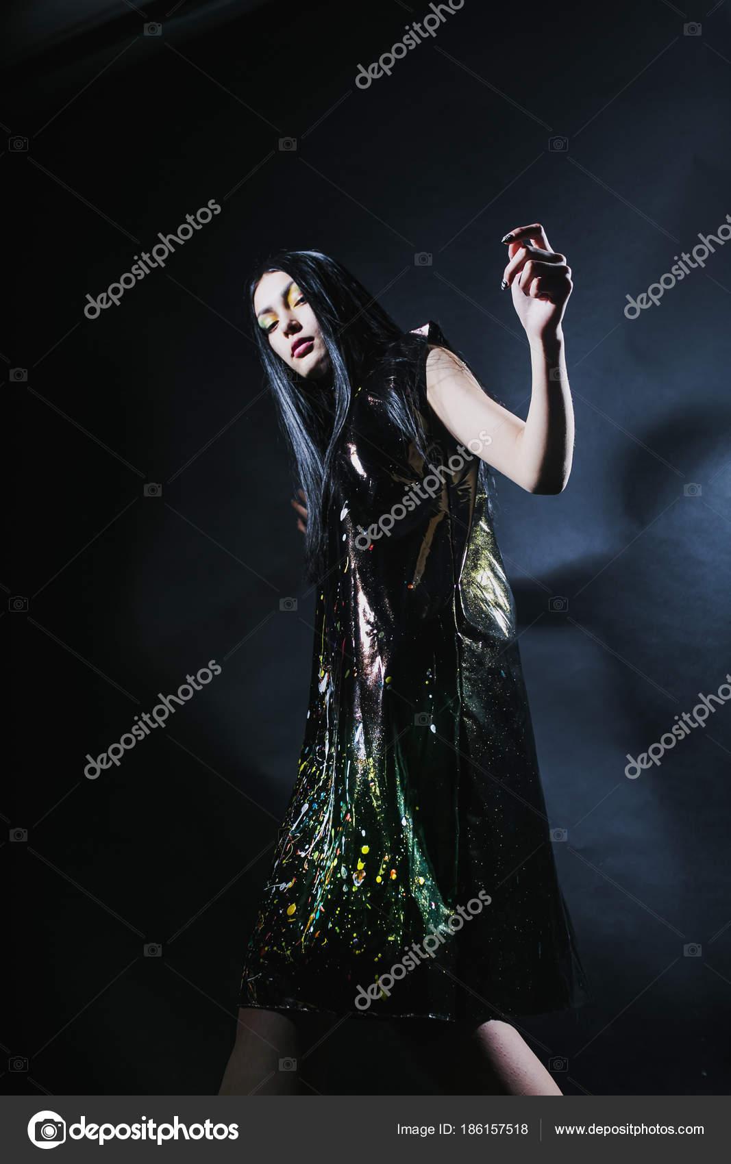 Женщина в черном цвете