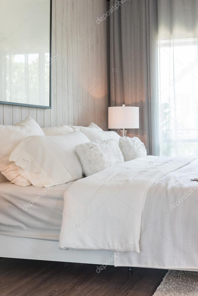 design moderno di colore bianco tono camera da letto — Foto Stock ...