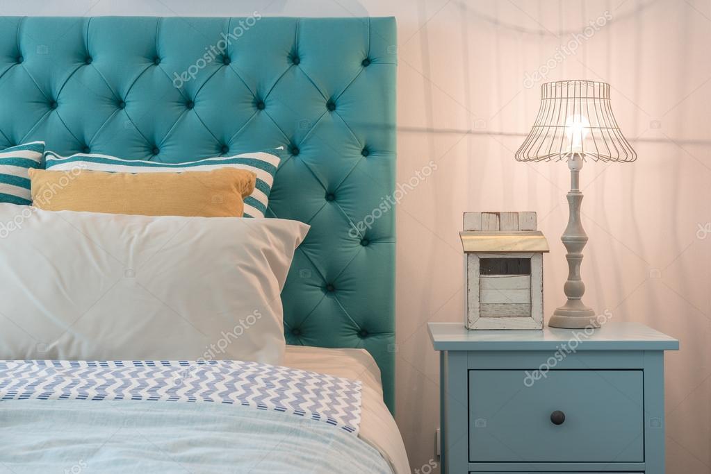 Blauwe Slaapkamer Lamp : Moderne kleurrijke slaapkamer ontwerp met lamp op blauw tafel