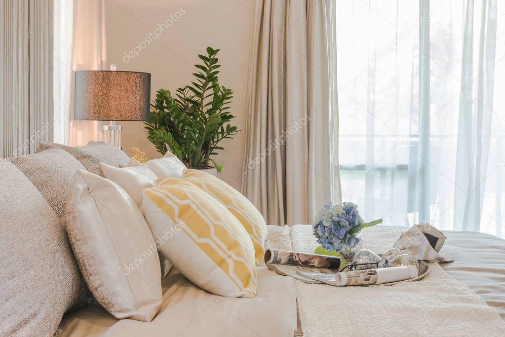Vase Mit Blumen Auf Klassische Bettart Im Schlafzimmer D Stockfoto