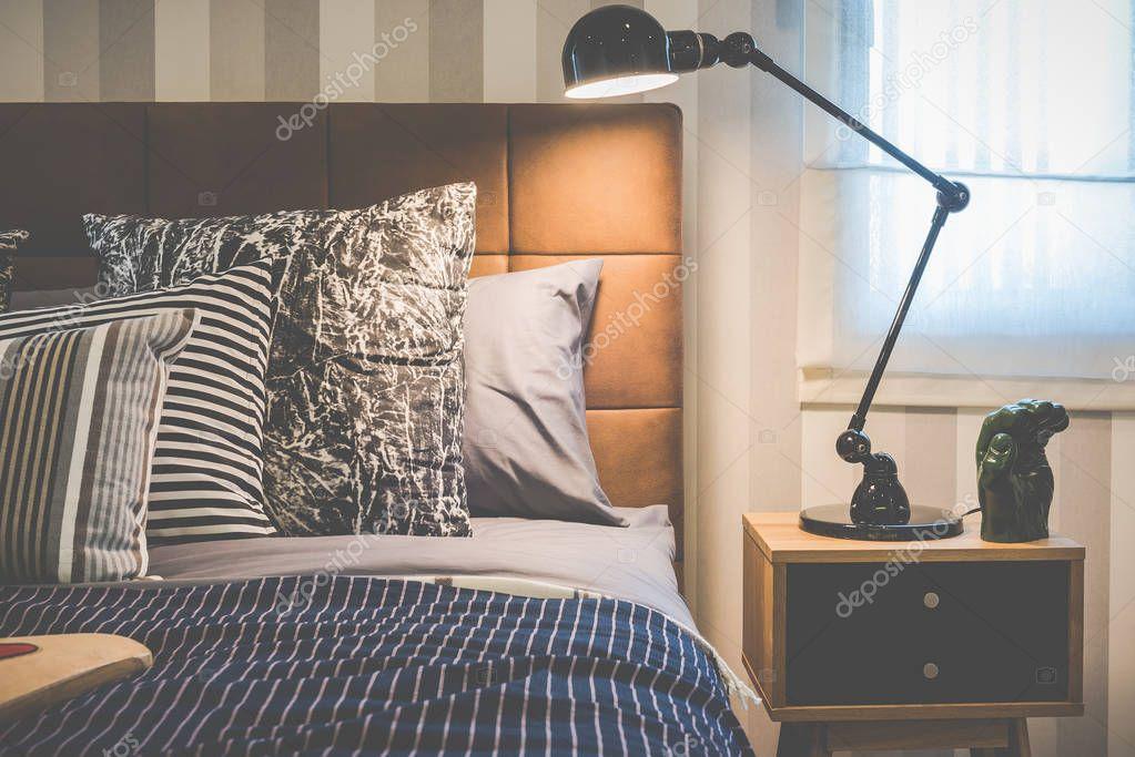 Stile moderno nero lampada sul tavolino in camera da letto ...
