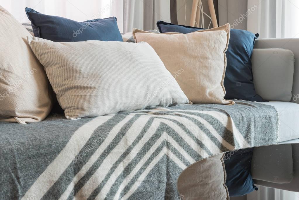 Witte Woonkamer Set : Set van kussens en bank met wit licht in moderne woonkamer