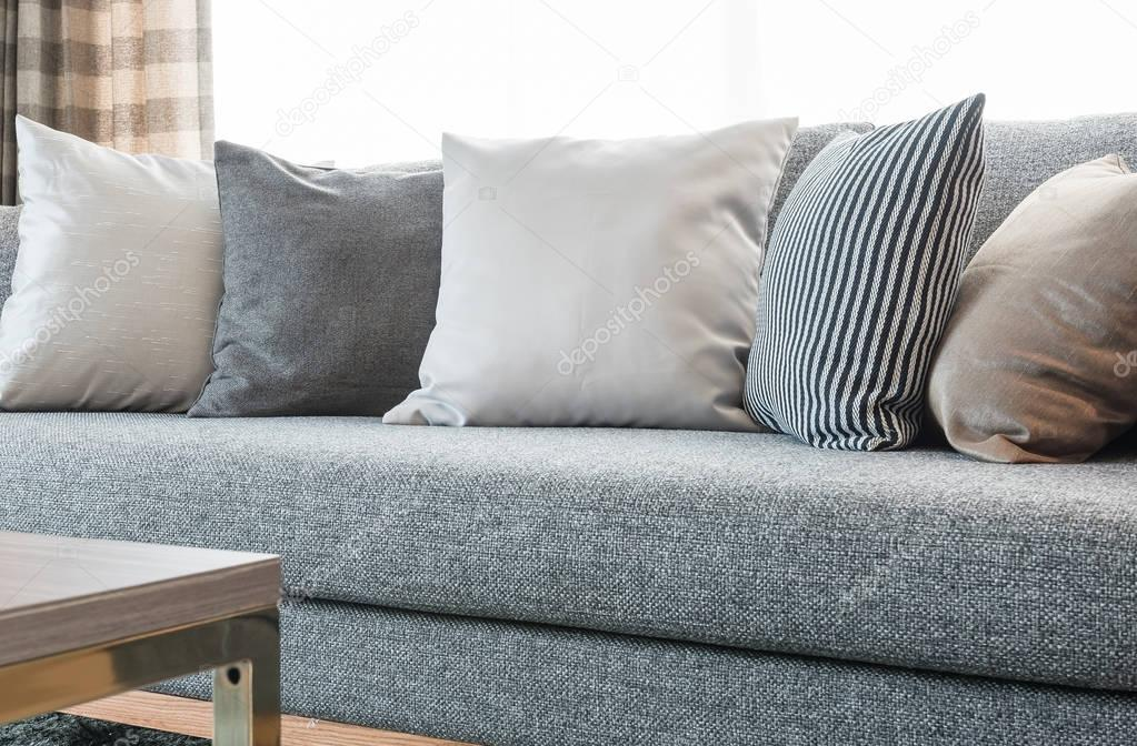 Riga di cuscini sul divano grigio con lampada nera nel - Chiavata sul divano ...