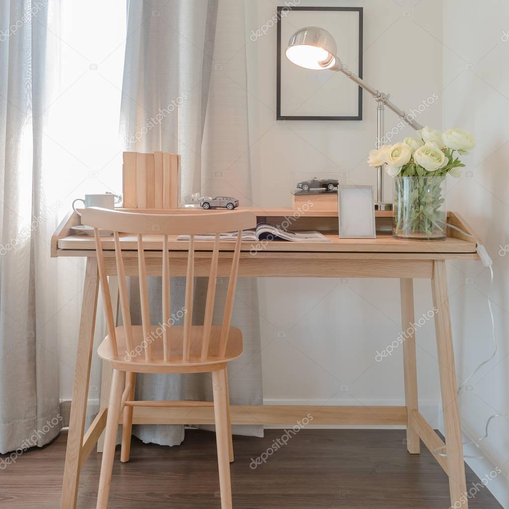 Stuhl Und Tisch Mit Modernen Lampe Im Arbeit Platz Interio