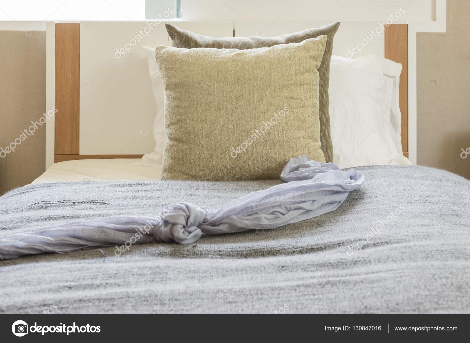 lit moderne blanc avec des oreillers en chambre individuelle moderne ...