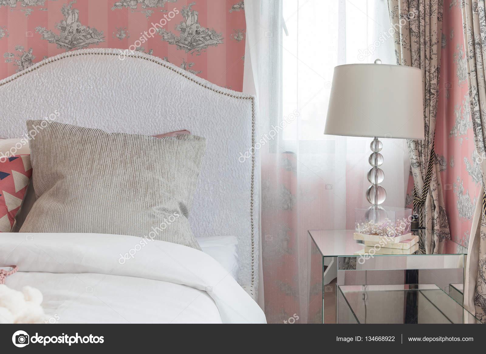 Camera Da Letto Color Rosa : Camera da letto di tono di colore rosa con letto classico in stile