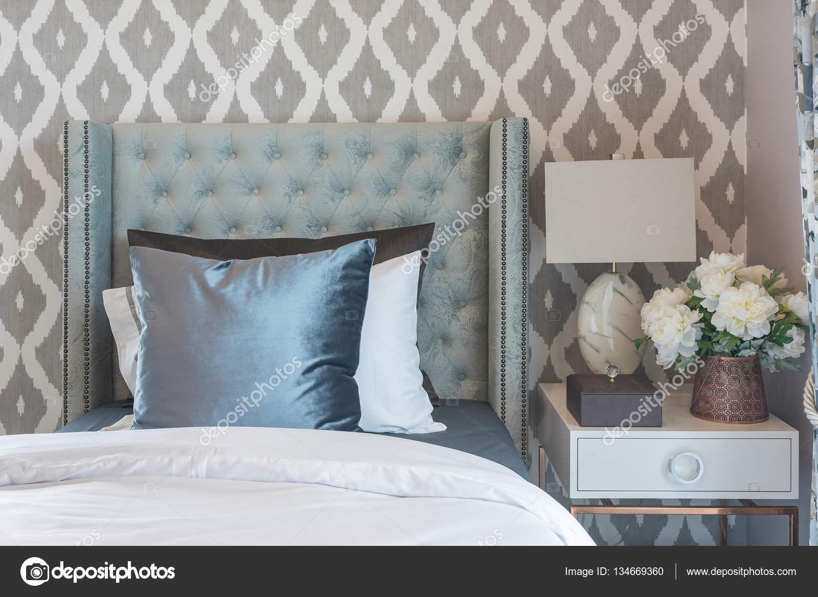 Camera lusso con letto singolo classico e set di cuscini u foto