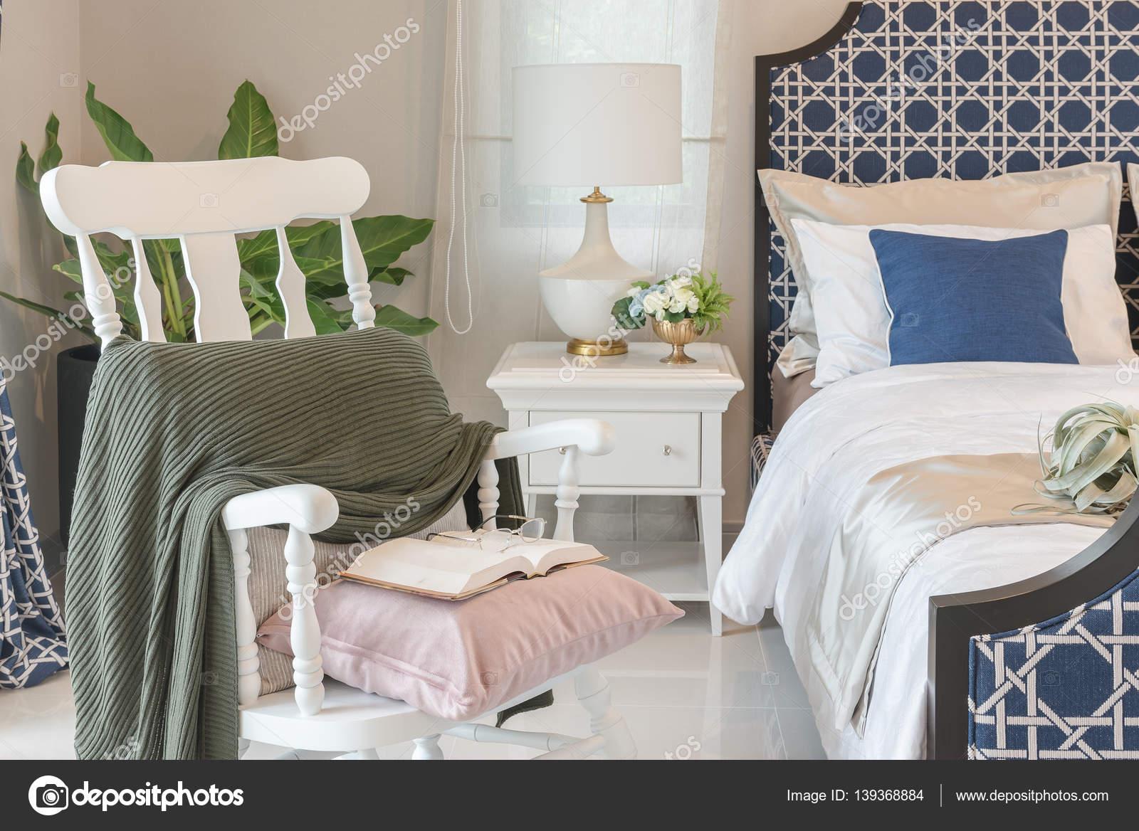 luxe slaapkamer in blauwe kleurtoon met witte houten rock stoel ...