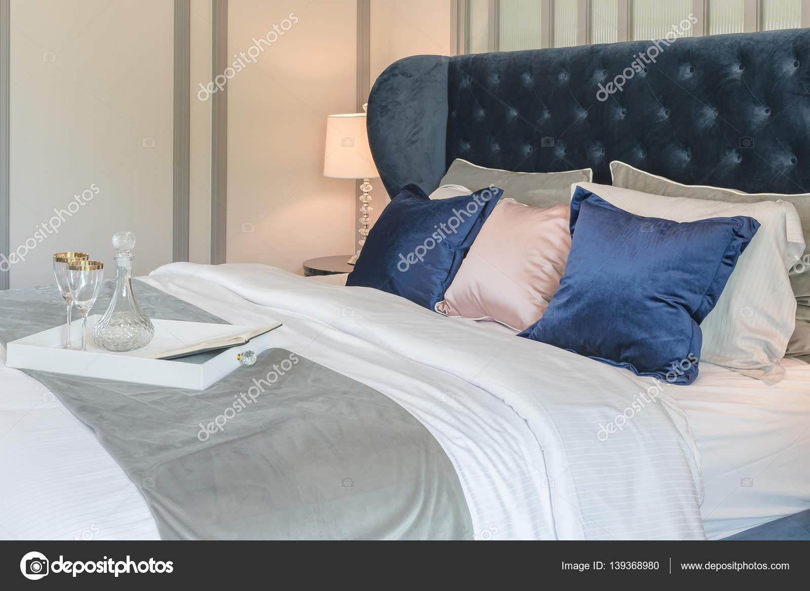 Letti Classici Di Lusso : Camera da letto di lusso con letto classico in stile u foto stock